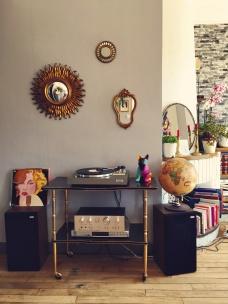 Miroir soleil (Brocante Villedieu), Petits miroirs (Emmaüs Tailleville), Mappemonde (Tri-Tout Solidaire St-lô), Platine vinyle, ampli et enceintes (Leboncoin), Bougeoirs (Vide-greniers), Vinyle (Deuxième vie, Deuxième Chance Vire)